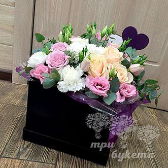 Эустомы и розы в коробке