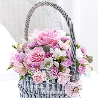 Корзина с альстромериями и розами