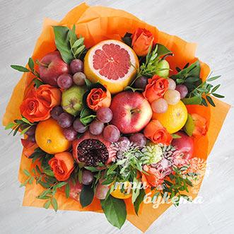 Букет из фруктов и оранжевых роз