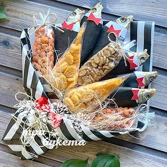 Мужской букет из рыбы и арахиса